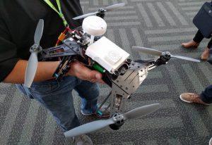 Un drone Aero completo. La scheda è installata nella scatola bianca al centro.